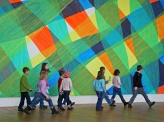 Kinder im Kunstmuseum Bonn vor Katharina Grosse, o.T. (1002L), 2003 Dauerleihgabe Sammlung Kico