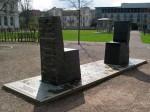 opyright: Das im Jahr 2000 eingeweihte Hafis-Goethe-Denkmal am Beethovenplatz mit zwei Stühlen, die an die Begegnung Goethes mit dem Werk des persischen Nationaldichters Hafis (1326-1390) erinnern. (https://commons.wikimedia.org)